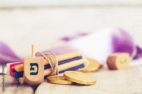 Zdjęcie XXL Chanuka dreidels z niektóre Hanukkah świeczkami i Hanukkah monetami na rocznika drewnianym tle z kopii przestrzenią.