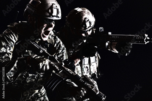 Photo Half length low angle studio shot of pair two special forces soldiers in field u