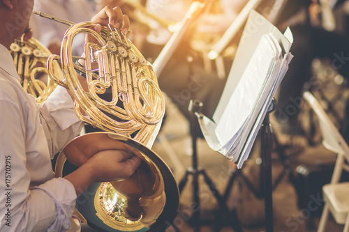 Fotografia musicians playing french horn practice for show in music band.