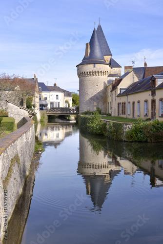 Plakat Utrzymaj ufortyfikowaną bramę Saint-Julien nad rzeką Huisne z wielką refleksją w La-Ferté-Bernard, gminie w departamencie Sarthe w regionie Pays de la Loire w północno-zachodniej Francji.