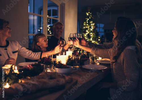 Fotomural  Happy family celebrating christmas together at home