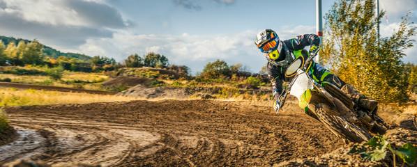 Extreme Motocross MX Rider jeżdżący na polnej drodze