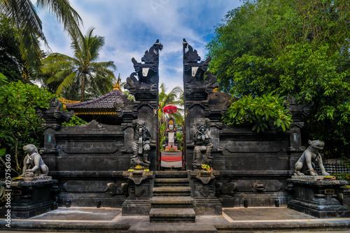 Plakat Statuy przy wejściem hinduist świątynia w Bali, Indonezja.