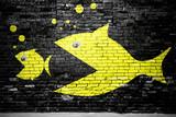 Fototapeta Młodzieżowe - Evolution Fisch frisst Fisch Ziegelsteinmauer Graffiti