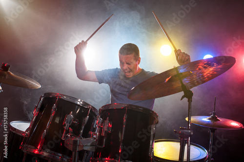 Photo male musician with drumsticks playing drums