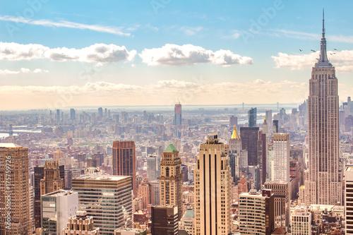 Obraz na dibondzie (fotoboard) NYC w ciepły dzień. Ptaki latające