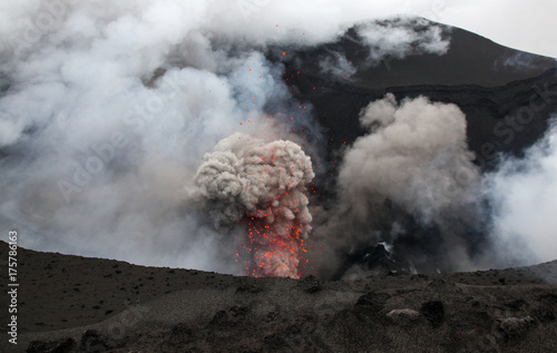 Spoed Foto op Canvas Vulkaan Volcanic erruption - Mount Yasur - Tanna Island Vanuatu. This volcano on the small tropical island is one of the most accesible in the world. It is a popular tourist destination in Vanuatu.