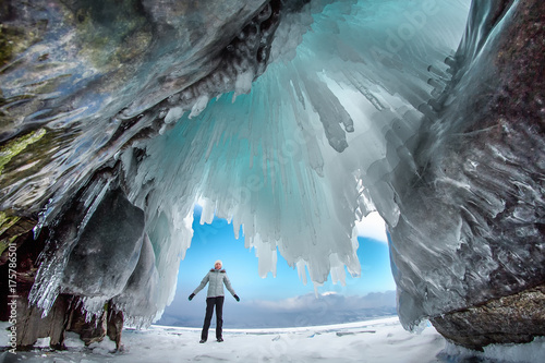 Man between the ice rocks on Lake Baikal on a clear day Fototapet