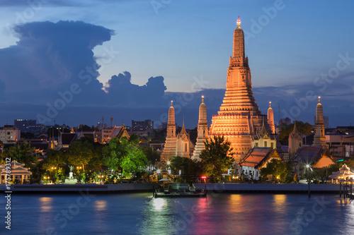 In de dag Bangkok Twilight Arun temple Bangkok city river front, Thailand landmark