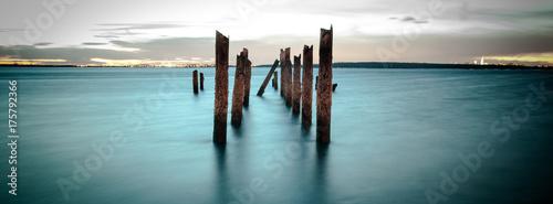 Valokuvatapetti Old Worn Pier Columns