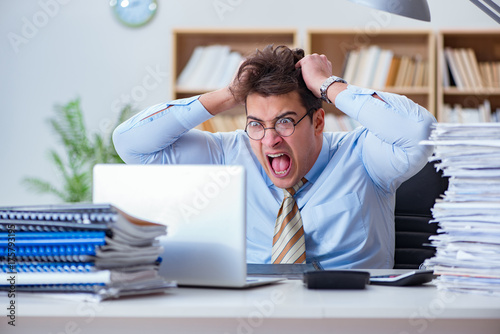 Photo Funny accountant bookkeeper working in the office