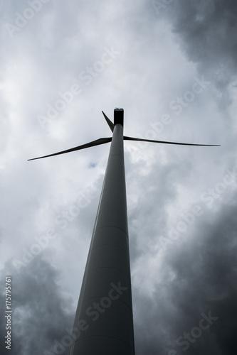 Zdjęcie XXL Turbina wiatrowa przed ciemnymi chmurami