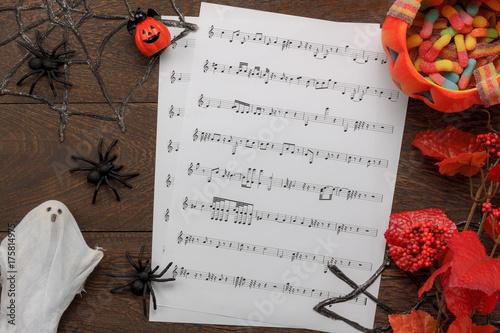 Fototapeta Odgórny widok dekoraci Szczęśliwy Halloweenowy festiwal i muzyczny notatnik tapetujemy tła pojęcie Bania i akcesoria na nowożytny brown nieociosany drewnianym przy biurowym biurkiem Wielo- rozmaitość protestujemy pomysł dla sezonu.