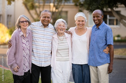 Fotografía  Portrait of cheerful senior people standing with arms around