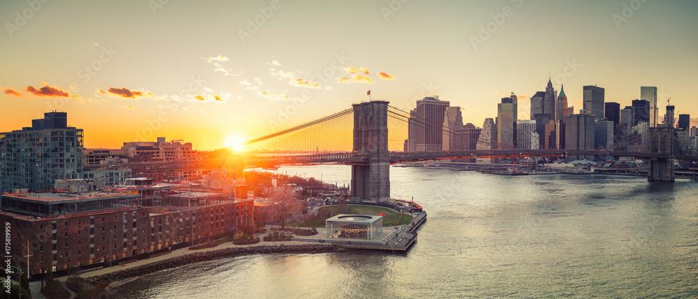 Fototapeta Panoramic view of Brooklyn bridge and Manhattan at sunset, New York City