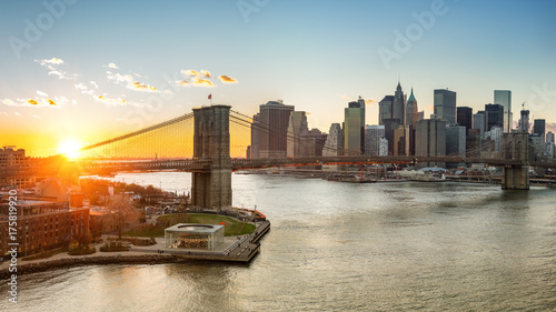 In de dag Bangkok Panoramic view of Brooklyn bridge and Manhattan at sunset, New York City