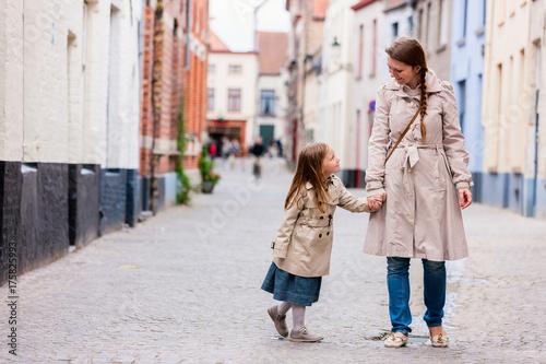 In de dag Brugge Mother and daughter portrait outdoors