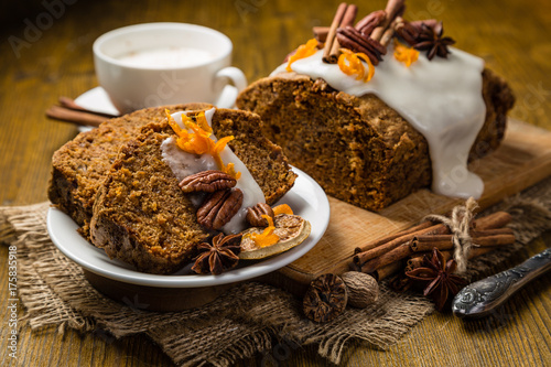 Zdjęcie XXL Ciasto marchewkowe z jesienne dekoracje