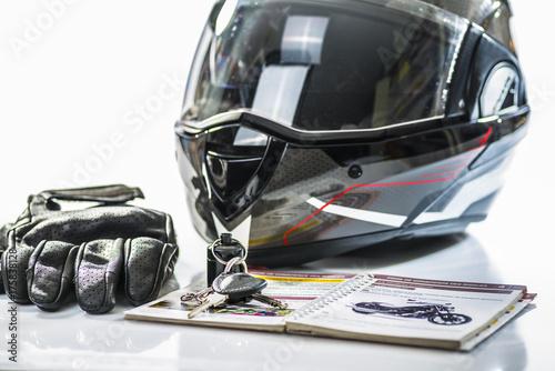 Foto  permis moto/casque, gants,clefs et livre d'apprentissage