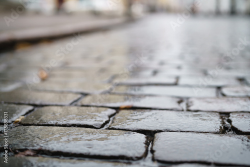 Fotografía  low angle shot of wet old pavement in Tallinn with shallow focus