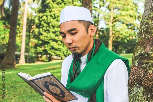 Zdjęcie XXL Zbliżenie strzał muzułmański mężczyzna czyta al-Quran
