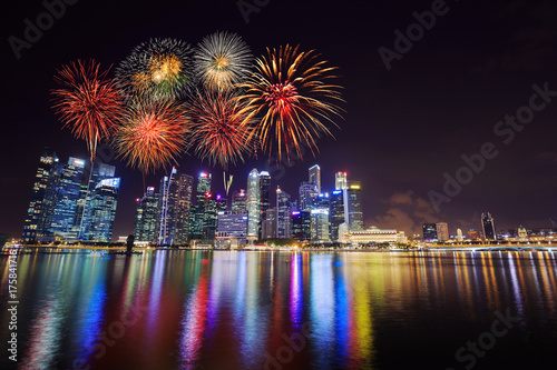 Photo  firework over central business district building of Singapore city at night
