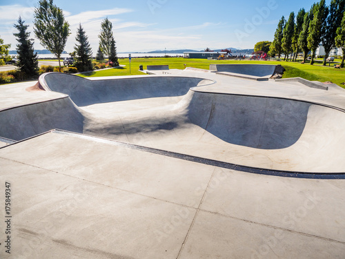 Plakat Skateboarding park przy oceanu brzeg