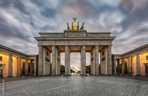 Obraz na dibondzie (fotoboard) Brama Brandenburska w Berlinie z jesienne niebo o zachodzie słońca