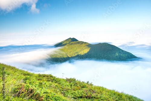 Plakat Zielona góra w chmurach