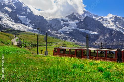 Plakat Słynny czerwony pociąg z Kleine Scheidegg do Jungfraujoch Top of Europe. Zdjęcie letnie - Kleine Scheidegg, Oberland Berneński, Szwajcaria