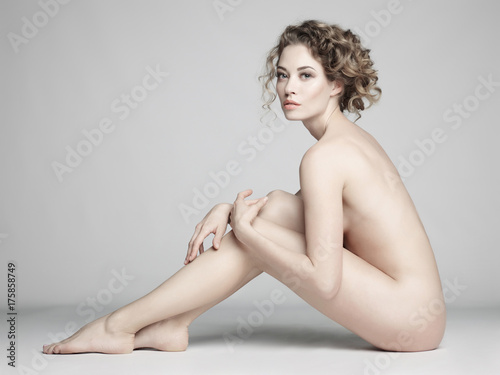 Foto op Aluminium womenART Nude woman with elegant hairstyle on gray background