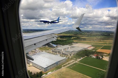 Lądowanie samolotu pasażerskiego na lotnisku w Monachium w Niemczech. - 175865578