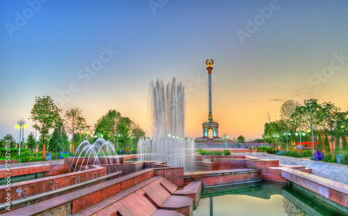 Tuinposter Fountain and Independence Monument in Dushanbe, the Capital of Tajikistan