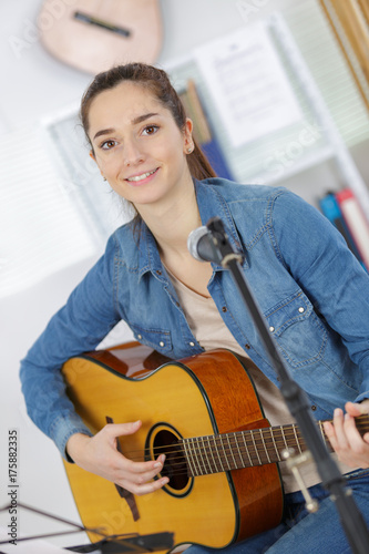 woman playing guitar Tablou Canvas