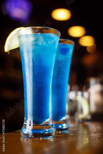dwa-koktajle-niebieskiej-laguny-na-barze-z-limonka