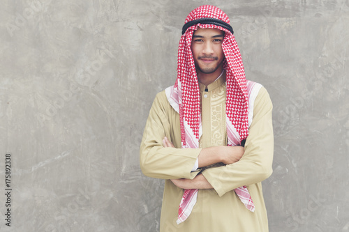 Plakat Uśmiechnięty przystojny arabski mężczyzna.