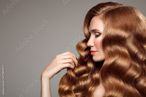 Photo  Portrait of woman with long curly beautiful ginger hair.