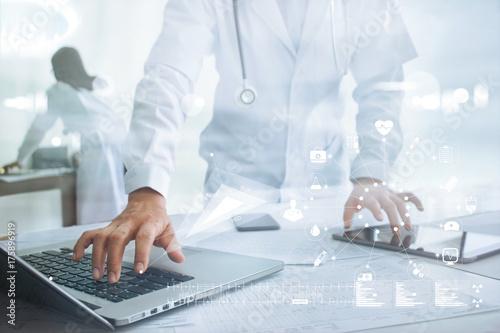 Plakat Medycyny lekarka z stetoskopu ikony ikony podłączeniowym medycznym podłączeniem na laptopie i pastylce z nowożytnym wirtualnym parawanowym interfejsem technologii medycznej sieci pojęcie