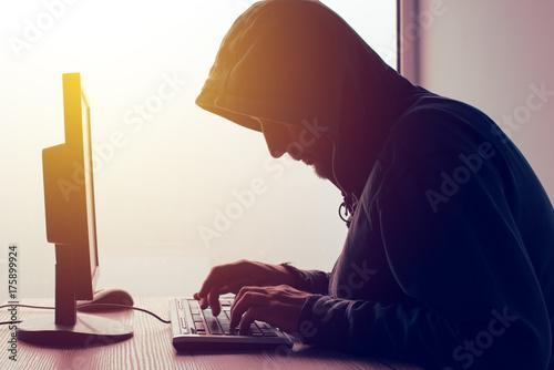 Fotografía  Hooded computer hacker hacking network