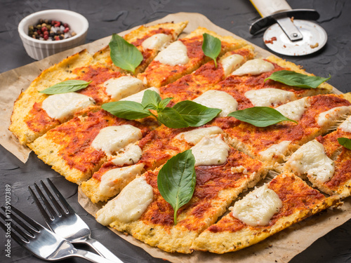 Canvastavla homemade cauliflower pizza crust with mozarella