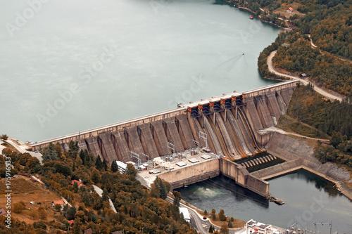 Fototapeta elektrownia wodna na rzece sezon jesień