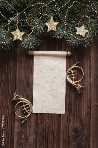 Photo  Classic christmas background with fir tree brances and golden trumpets