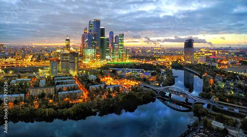 Obraz na dibondzie (fotoboard) Moskwa dzielnica miasta i Moskwa rzeka przy półmrokiem, widok z lotu ptaka