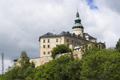 Plakat Średniowieczny gotyk i renesansowy styl zamek na szczycie wzgórza w Frydlant, Republika Czeska