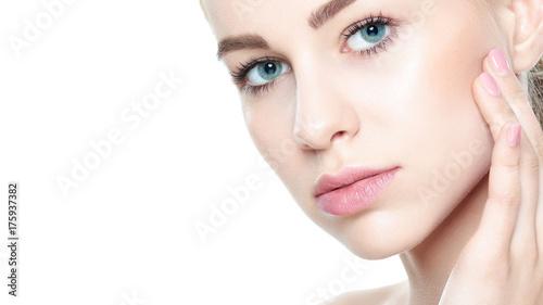 Plakat Piękna Młoda Blond kobieta z Perfect skórą dotyka jej twarz. Zabieg na twarz. Koncepcja kosmetologii, urody i spa. Pojedynczo na białym tle.