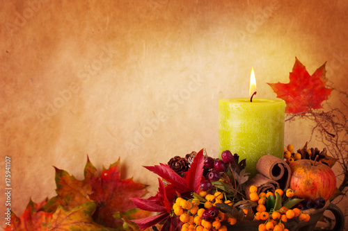 Photo  Autumn background with burning candle and leaves
