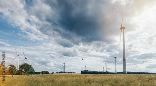 Zdjęcie XXL turbiny wiatrowe przeciwko pochmurne niebo