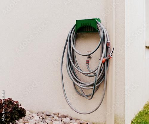 Valokuva  tuyau d'arrosage enroulé , enrouleur sur un mur