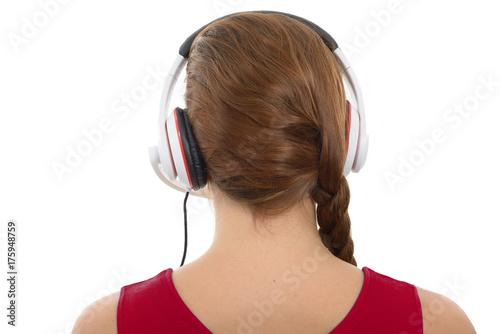 Zdjęcie XXL młoda kobieta słuchania muzyki z słuchawek, widok z tyłu, na białym tle