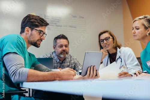 Fotografía  Medical staff having morning meeting in boardroom